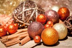 dcoration-clatante-de-nol-en-bois-naturel-orange-et-brun-32257226